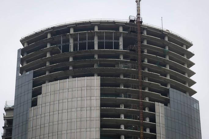 Cận cảnh cao ốc 42 tầng vừa bị xiết nợ ở TP HCM - Ảnh 7.