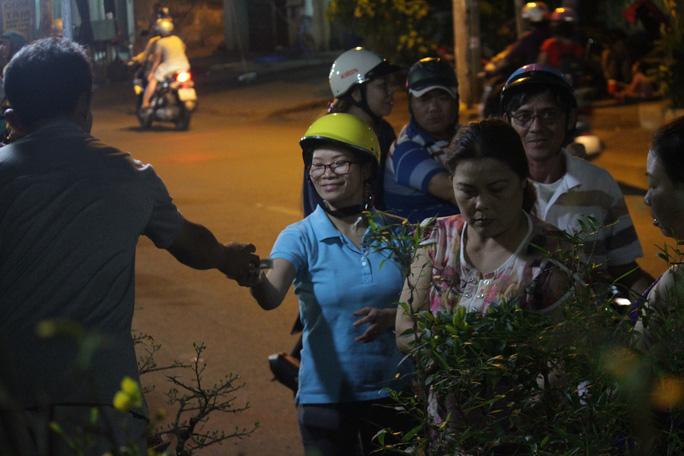 Chị Lê Thị Minh Nguyệt (40 tuổi, ngụ quận 8, TPHCM) vui mừng khi tìm được những chậu cây cảnh ưng ý. Hồi còn nhỏ, ba mẹ hay dắt ra đây mua hoa. Những ngày cận Tết, Bến Bình Đông sôi động hẳn lên khiến tôi nhớ những kỷ niệm ngày xưa - chị Nguyệt nói.