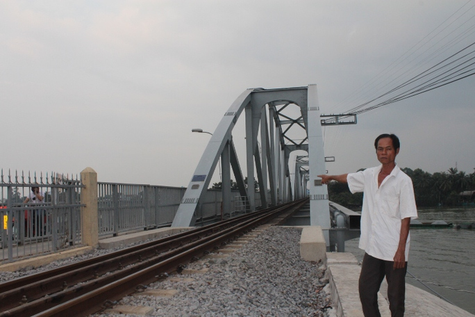 Anh Huỳnh Ngọc Sơn - 1 trong 2 người hùng cầu Ghềnh - đứng bên cây cầu Ghềnh mới được xây dựng lại tương tự cây cầu cũ