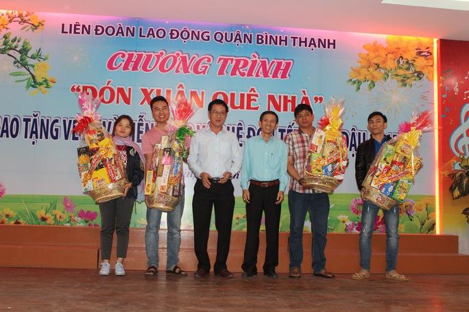 LĐLĐ quận Bình Thạnh, TP HCM trao quà cho các trưởng xe Ảnh: THANH NGA