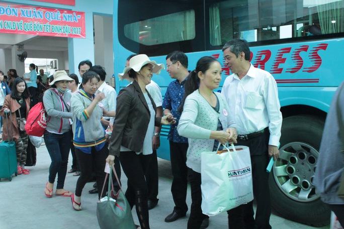 Ông Nguyễn Văn Khải, Phó Chủ tịch LĐLĐ TP, động viên công nhân trước giờ khởi hành Ảnh: THANH NGA