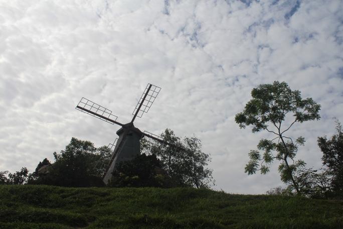 Mô hình cối xay gió trong khu du lịch đang tranh chấp bản quyền bảng hiệu