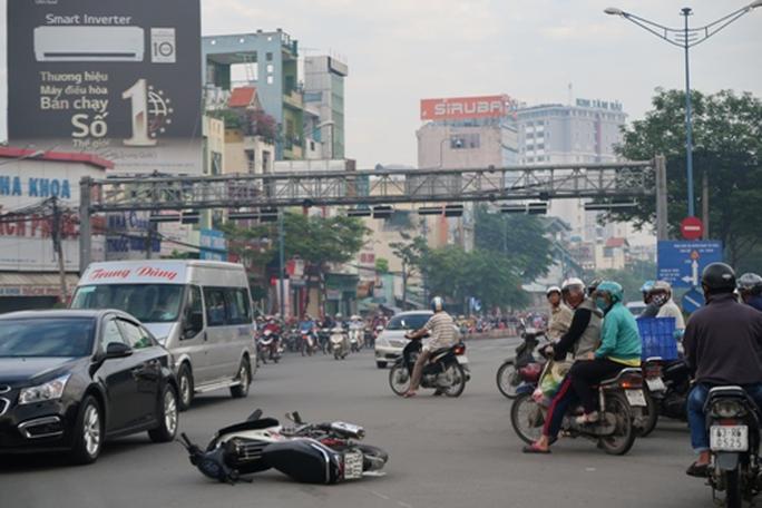 TP HCM: Sáng sớm, taxi húc xe máy văng 10m - Ảnh 1.