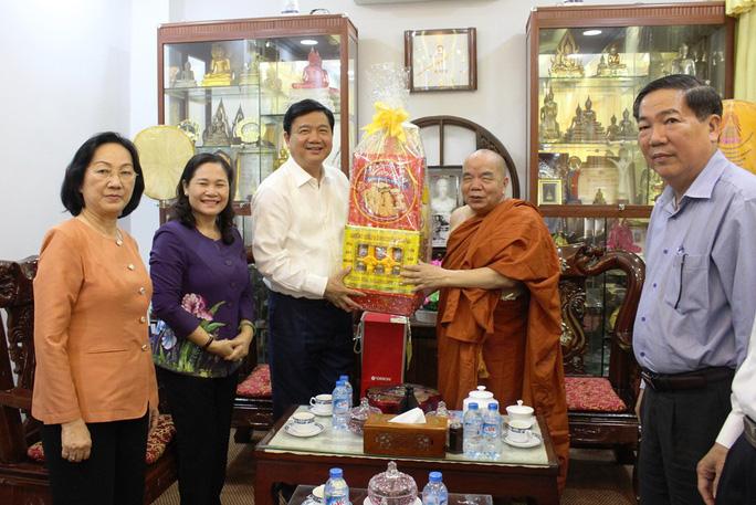 Bí thư Thành ủy TP HCM Đinh La Thăng tặng quà Hòa thượng Thích Thiện Tâm. Ảnh: Bảo Ngọc