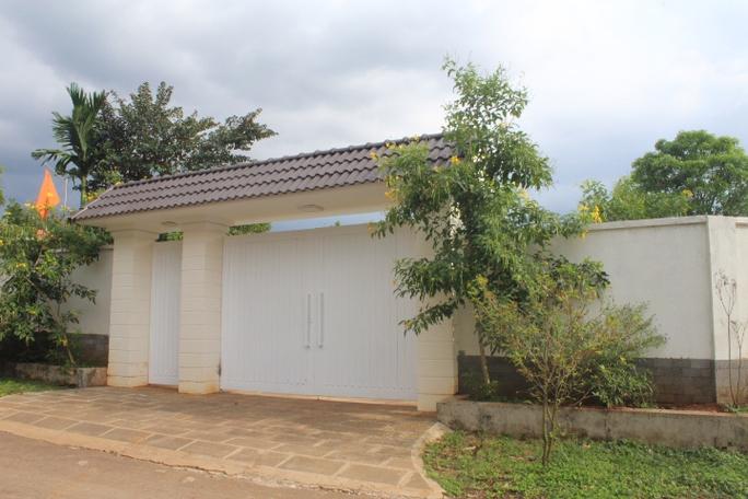 Cửa cổng và tường bao công trình xây dựng trái phép