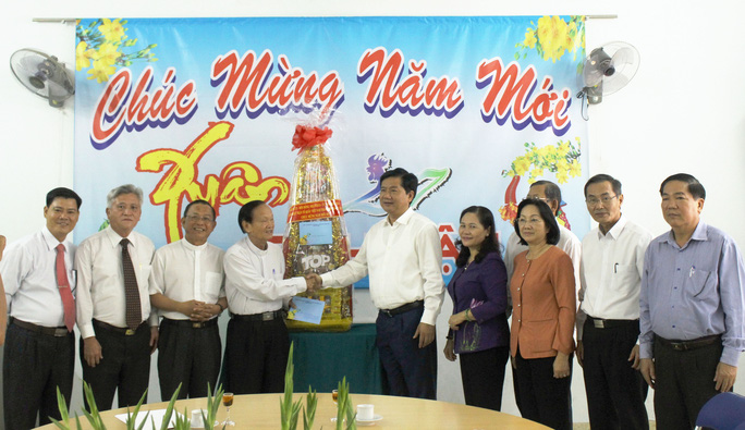 Bí thư Thành ủy TP HCM Đinh La Thăng chúc Tết Linh mục Phan Khắc Từ. Ảnh: Bảo Ngọc