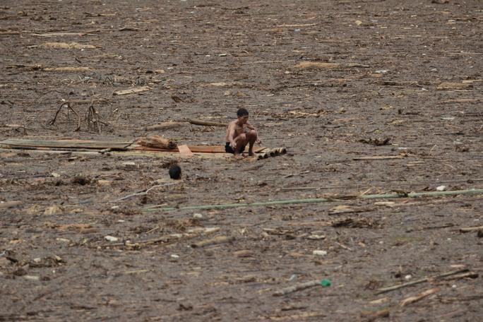 Người già, trẻ nhỏ Mù Cang Chải bơi ra giữa dòng nước lũ vớt củi - Ảnh 15.