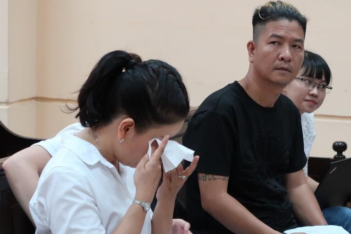 Diễn viên Ngọc Trinh khóc nức nở trước tòa - Ảnh 2.