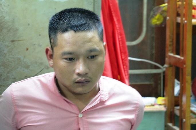 Kiên bị bắt đưa đến trụ sở công an làm rõ hành vi gây rối trật tự xã hội của mình (Ảnh do công an cung cấp)