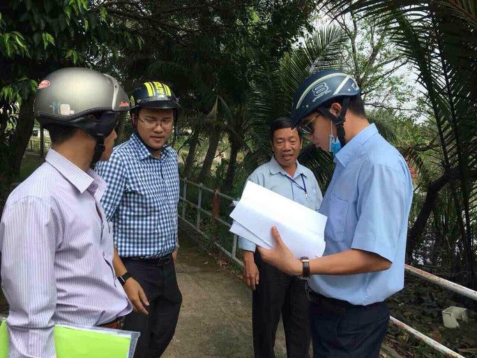 Cán bộ Sở TN-MT TP HCM đến gặp từng hộ dân để giải thích rõ về cột mốc tạm để tránh gây hoang mang.