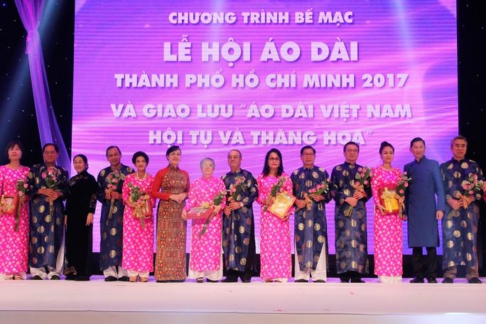 Lãnh đạo TP tặng hoa và chụp hình lưu niệm với đại diện các Lãnh sự quán.
