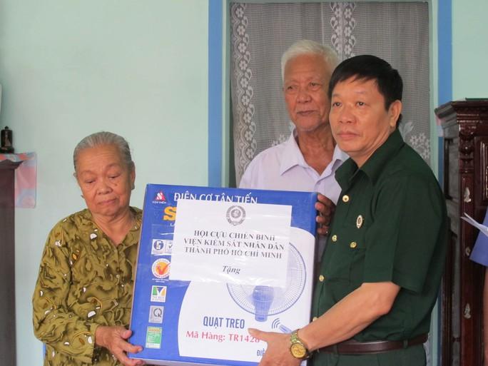 Đại diện Chi hội Luật gia và Hội Cựu chiến binh của VKSND TP HCM tặng quà