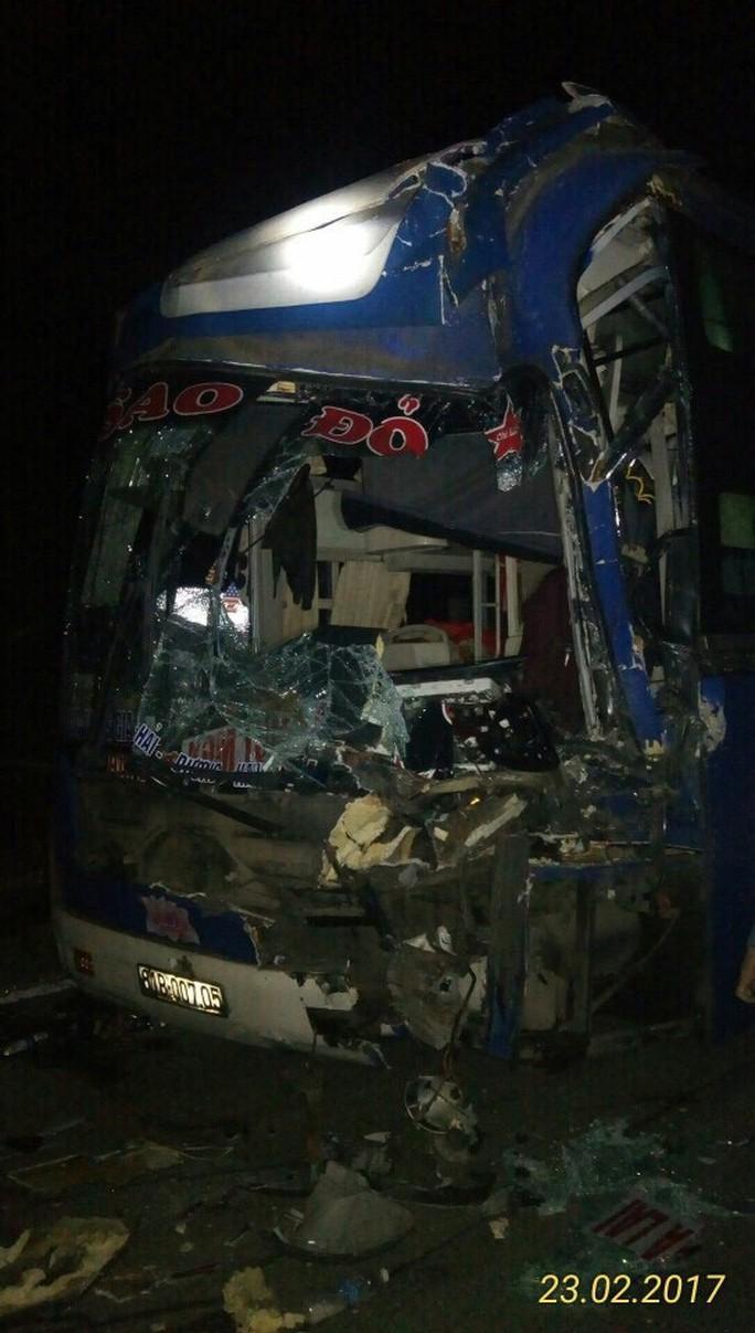 Chiếc xe chở 30 hành khách bị hư hỏng phần đầu - Ảnh: Du Nghĩa