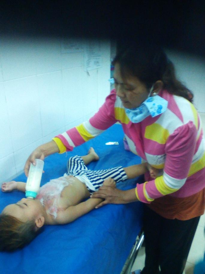Bé T. đang được điều trị tại Bệnh viện Đa khoa Trà Vinh