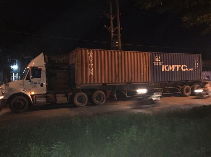 Phạt xe đầu kéo chở quá tải đi vào đường cấm 37 triệu đồng - Ảnh 1.
