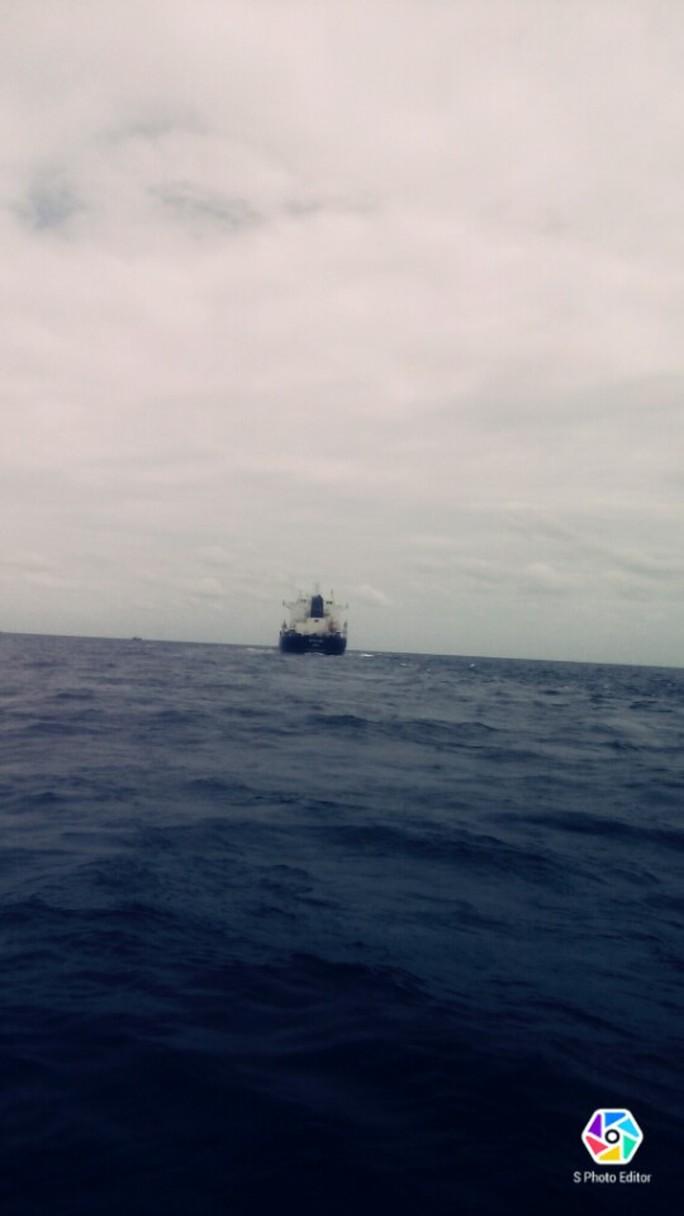 Tàu nước ngoài đâm chìm tàu cá trên biển - Ảnh 3.