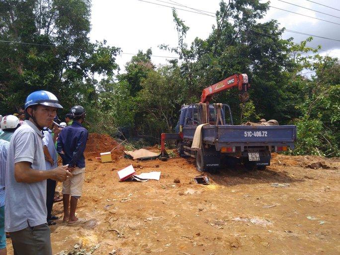 Đang cẩu gỗ, thanh niên ở Phú Quốc bị điện giật chết - Ảnh 1.