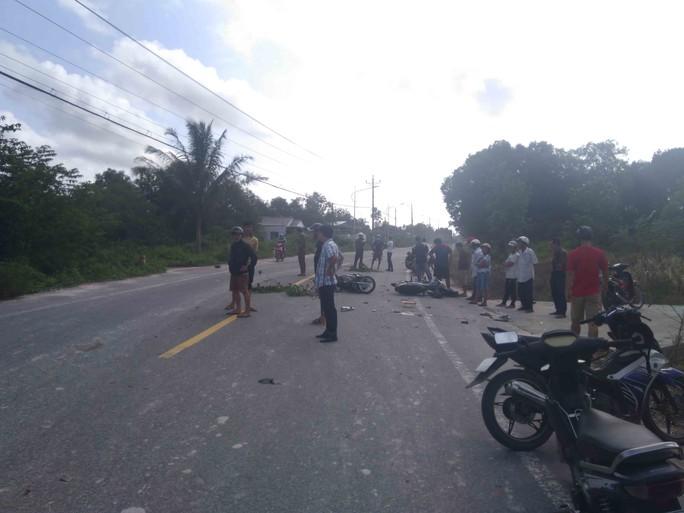 Hai xe máy đối đầu ở Phú Quốc, 3 người nguy kịch - Ảnh 2.