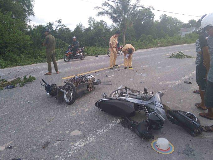 Hai xe máy đối đầu ở Phú Quốc, 3 người nguy kịch - Ảnh 1.