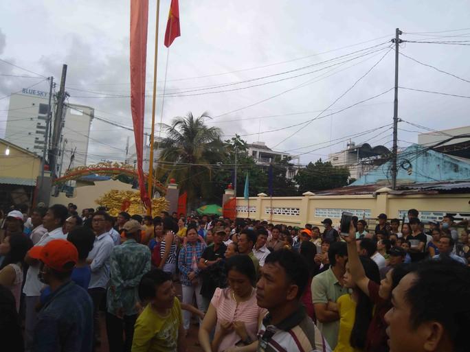 Clip hàng ngàn người ở Phú Quốc chen chân đến lễ hội Xô Đụng - Ảnh 5.