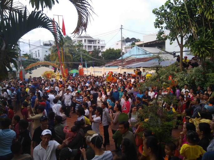 Clip hàng ngàn người ở Phú Quốc chen chân đến lễ hội Xô Đụng - Ảnh 6.