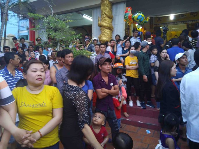 Clip hàng ngàn người ở Phú Quốc chen chân đến lễ hội Xô Đụng - Ảnh 4.