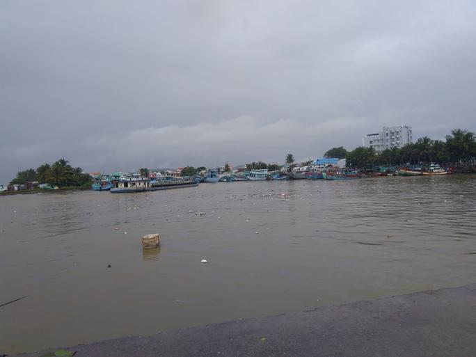 Tàu cao tốc ra vào Phú Quốc tạm ngưng hoạt động vì mưa bão - Ảnh 1.
