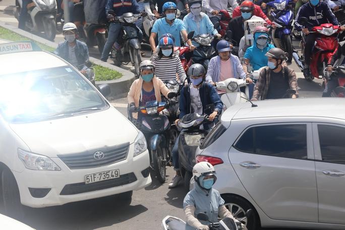 """Cầu vượt thép chưa """"xử"""" được kẹt xe ở sân bay Tân Sơn Nhất - Ảnh 4."""