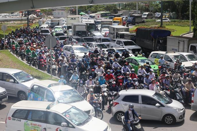 """Cầu vượt thép chưa """"xử"""" được kẹt xe ở sân bay Tân Sơn Nhất - Ảnh 6."""