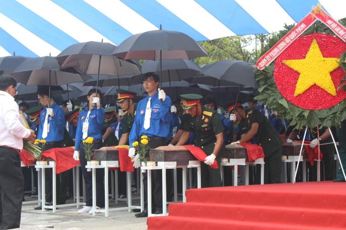 Các ông Trương Tấn Sang,  Nguyễn Tấn Dũng dự lễ truy điệu liệt sĩ - Ảnh 5.