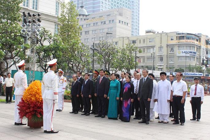 Lãnh đạo TP HCM dâng hoa Chủ tịch Hồ Chí Minh tại Công viên Tượng đài Chủ tịch Hồ Chí Minh. Ảnh: Bảo Ngọc