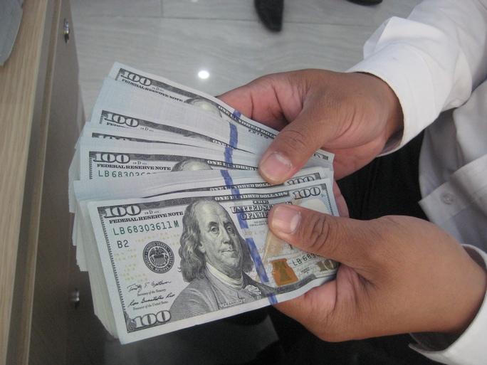 Ngày 21-2, giá bán ra USD của các ngân hàng thương mại gần như ngang bằng với giá USD trên thị trường tự do