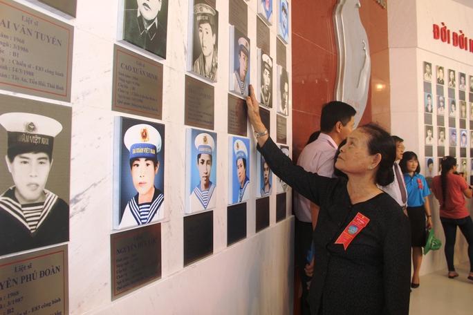 Khánh thành Khu tưởng niệm chiến sĩ Gạc Ma: Nước mắt tuôn rơi - Ảnh 12.
