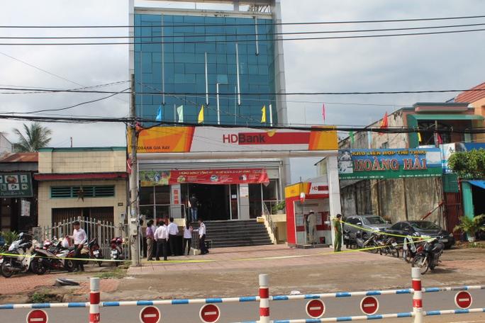 Cướp ngân hàng ở Đồng Nai: Cướp để lại 1 quả bom tự chế - Ảnh 4.