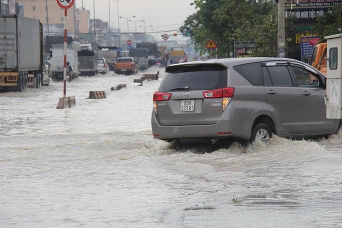 Mưa lớn, nhiều nơi ở Đồng Nai và Bà Rịa - Vũng Tàu ngập nặng - Ảnh 4.