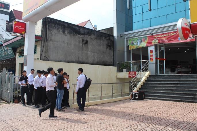 Cướp ngân hàng ở Đồng Nai: Cướp để lại 1 quả bom tự chế - Ảnh 2.
