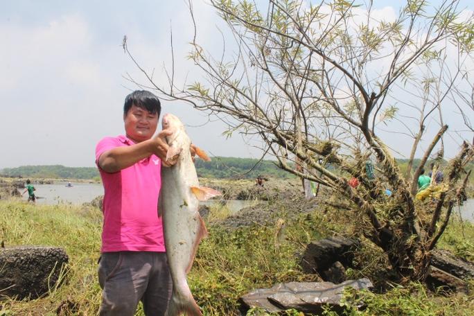 Đổ xô đi bắt cá ở hồ thủy điện Trị An - Ảnh 10.