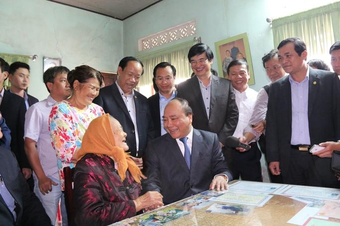 Thủ tướng đến thăm hỏi Mẹ Việt Nam Anh hùng Lê Thị Trị