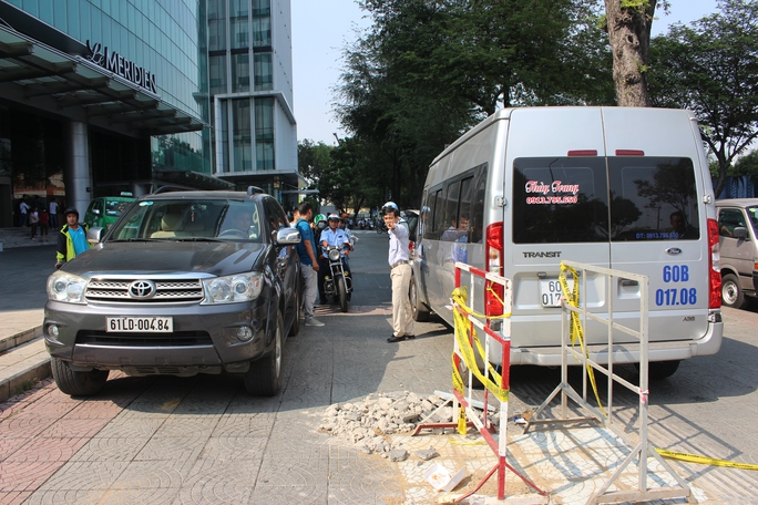 Hai ô tô đậu trước khách sạn 5 sao Le Meridien cũng bị lập biên bản xử lý, cẩu về trụ sở cơ quan chức năng. Trước đó vài ngày, đoàn liên ngành cũng đã tiến hành xử phạt nhiều ô tô, tháo dỡ 1 số bồn hoa lấn chiếm vỉa hè tại khu vực này.