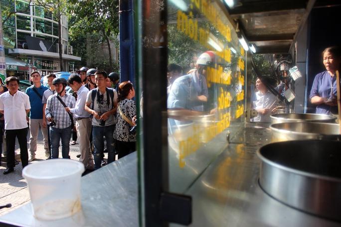 Một quán ăn bình dân vi phạm lấn chiếm vỉa hè bị lực lượng chức năng xử lý.