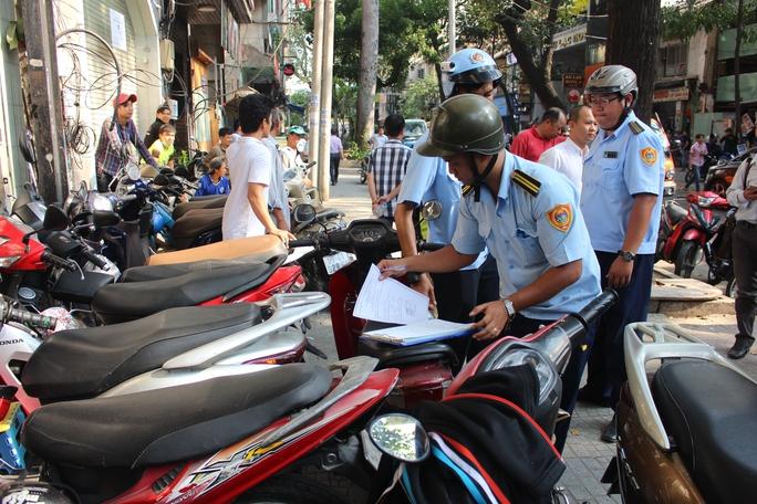 Cũng trên đoạn đường gần đó, hàng chục xe máy đậu la liệt, lấn chiếm vỉa hè, đoàn liên ngành cũng lập biên bản xử phạt đối với chủ xe.