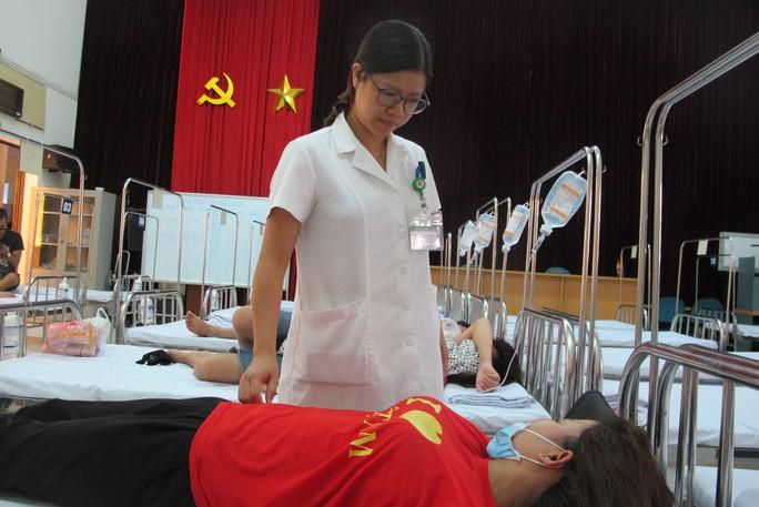 Quá tải, hội trường thành phòng bệnh điều trị sốt xuất huyết - Ảnh 3.