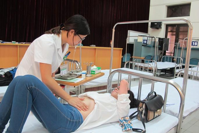 Quá tải, hội trường thành phòng bệnh điều trị sốt xuất huyết - Ảnh 4.