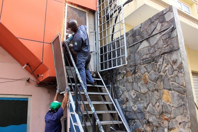 Một cầu thang sắt với lỗi tương tự cũng bị cắt bỏ, tịch thu đưa lên xe tải.