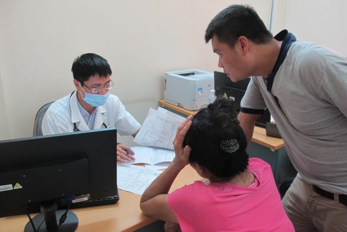 Quá tải, hội trường thành phòng bệnh điều trị sốt xuất huyết - Ảnh 19.