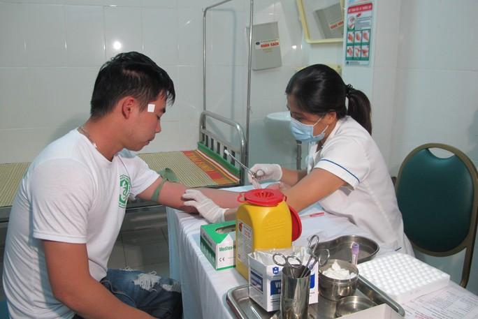 Quá tải, hội trường thành phòng bệnh điều trị sốt xuất huyết - Ảnh 20.