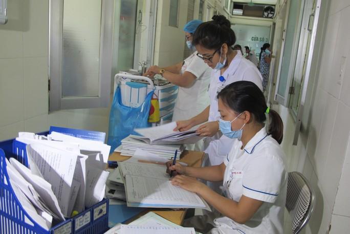 Quá tải, hội trường thành phòng bệnh điều trị sốt xuất huyết - Ảnh 14.