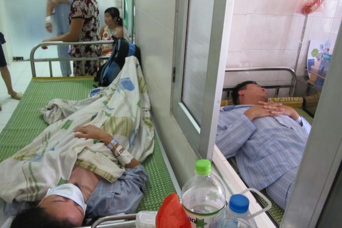 Quá tải, hội trường thành phòng bệnh điều trị sốt xuất huyết - Ảnh 9.