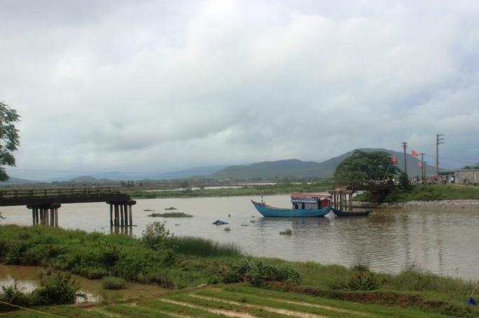 Tàu cát tông sập cầu, người phụ nữ và xe máy rơi xuống sông - Ảnh 1.