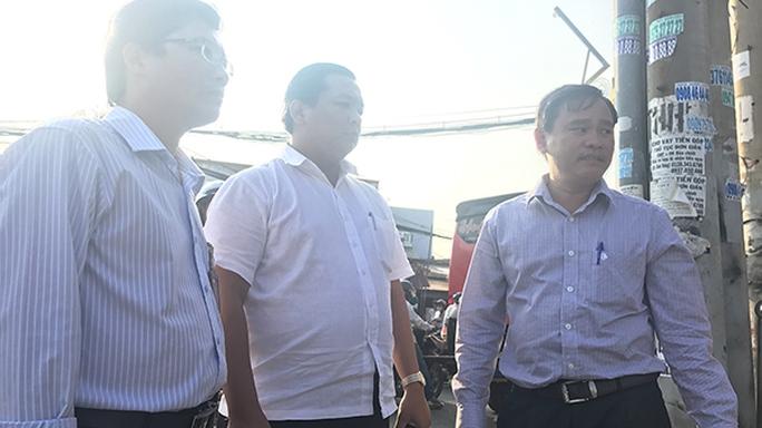 Ông Nguyễn Gia Thái Bình, Phó Chủ tịch UBND quận Bình Tân (phải)